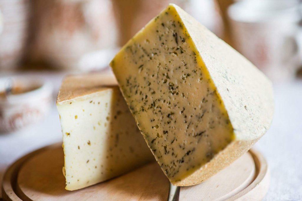 Brânză maturată cu leurdă